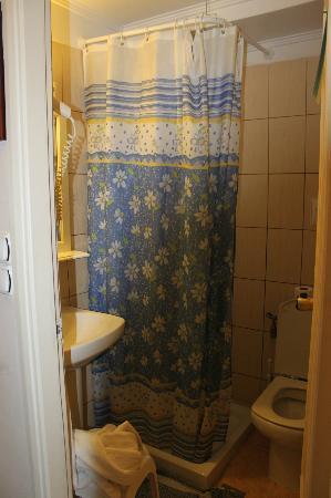 Archontiki Hotel: bagno e doccia con tenda