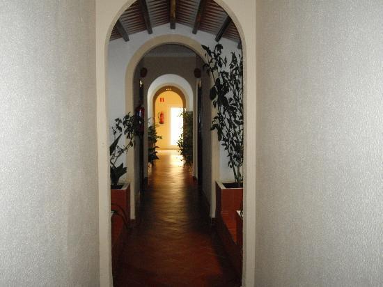 Ninays: Un des couloirs d'accès aux chambres