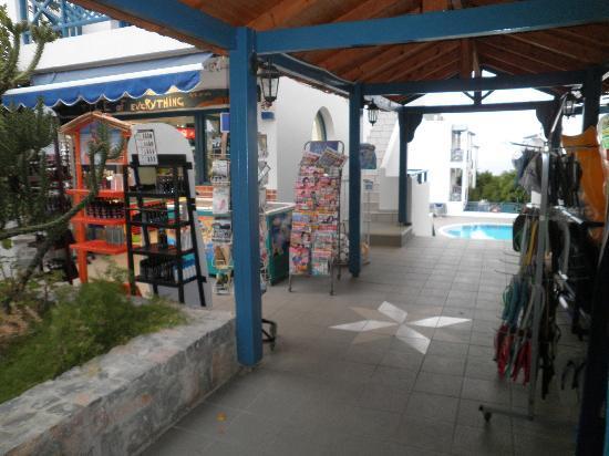 Mika Villas: shop to pool