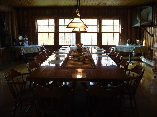 Hazen Inn : The dining table where we were treated to a delicious, filling breakfast each morning