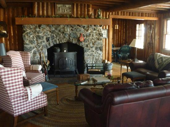 Hazen Inn: The comfy fireplace sitting area, where we relaxed with some wine, reading, and cribbage