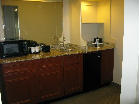 Embassy Suites by Hilton Tampa - Airport/Westshore : The kitchenette area in our suite