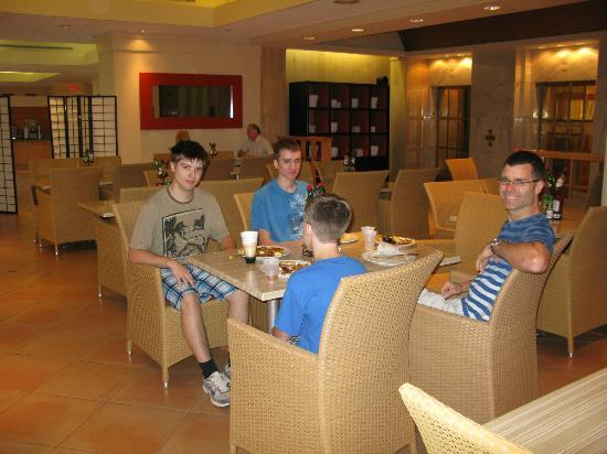 Embassy Suites by Hilton Tampa - Airport/Westshore: The breakfast area on the second floor