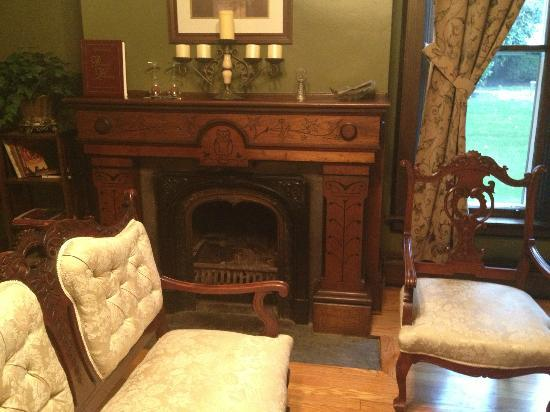 1840 Inn on the Main Bed and Breakfast: Parlor *Ask about the Owl Carvings*