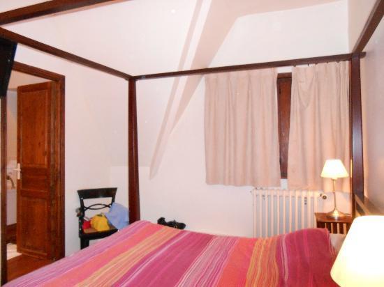 Hotel La Residence Manoir De La Salamandre : juste à coté de la chambre, sdb avec bain balnéo