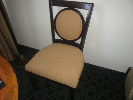 Holiday Inn Port St. Lucie: Worn chair in guestroom.