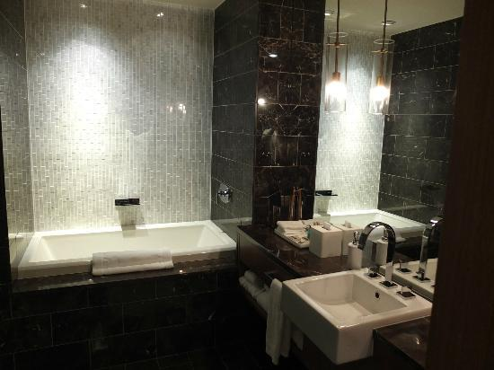 Loden Hotel: Bathtub and Sink