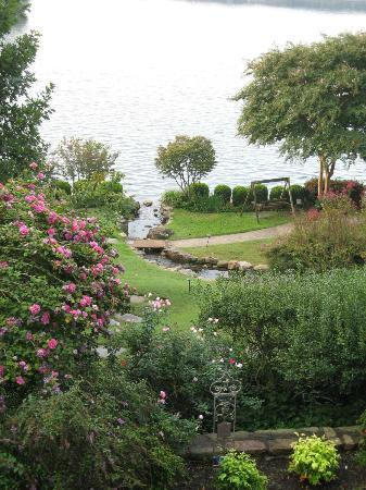 Lookout Point Lakeside Inn: soothing grounds
