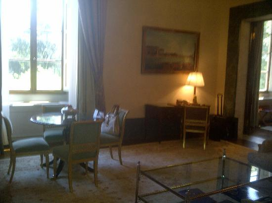 Four Seasons Hotel Firenze: Desk in room