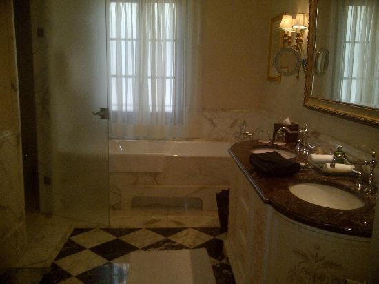 Four Seasons Hotel Firenze: Marble bathroom