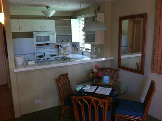 Royal Kuhio Resort: Kitchen and dining area