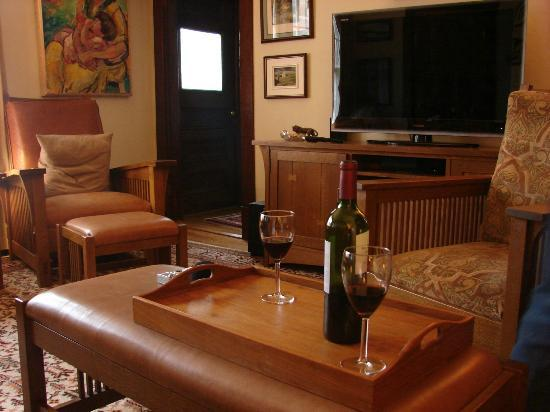 Cleveland Place Bed & Breakfast : Living room with wine, chocolates and a fire