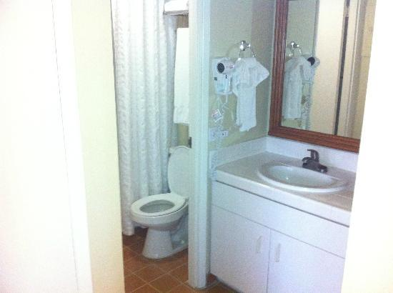 Royal Kuhio: cramped bathroom, sink outside bathroom.