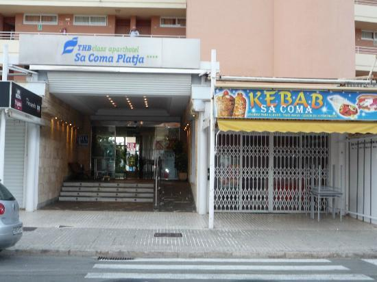 Hotel Palia Sa Coma Playa: is this an entrance to a 4* hotel