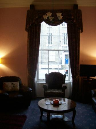 Anchor House Dublin: Parlor view out front/street window
