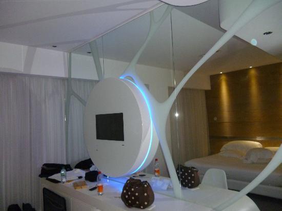 A Point Arezzo Park Hotel: Verspiegelte Zimmerwand