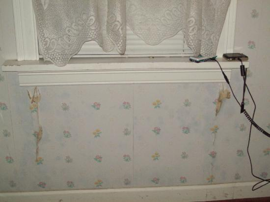 The Pines Inn of Lake Placid: Loose wallpaper in bedroom area