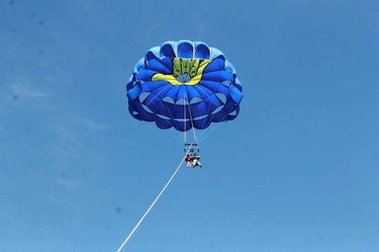 Hang Loose Parasail : Perfect weather for parasailing