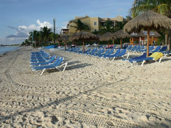 Ocean Maya Royale: Beach lounge chairs