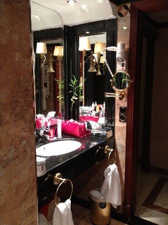 แกรนเมเลียวิคทอเรียโฮเต็ล: Sink area in bathroom