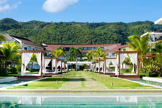 Sublime Samana: Hotel with Mountains in Background