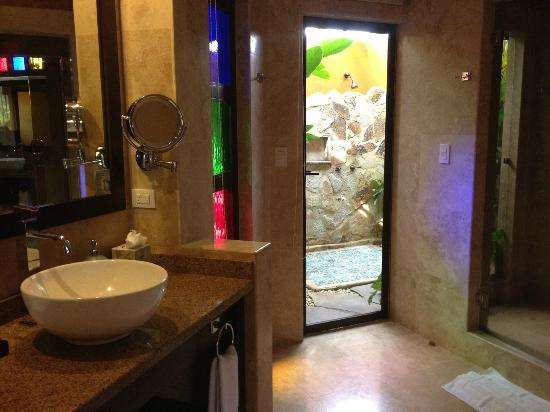 Nayara Resort Spa & Gardens: Vanity with view of outside shower