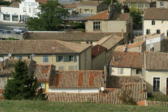 Casa Trivala: depuis la cité on aperçois la maison façade rose volet gris
