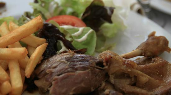 Restaurant Le Magret: Une cuisse de canard confite et frites maison. Rien a redire la viande est fondante et se marie