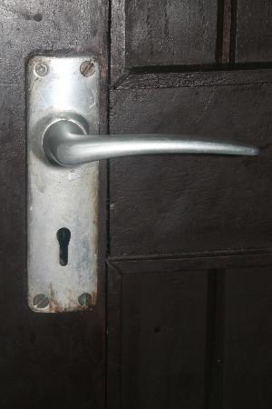 Bamburi Beach Hotel: Rusted door handle.