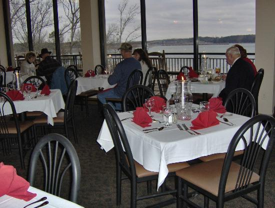 Inn at Pickwick Landing: Enjoying the view from our restaurant