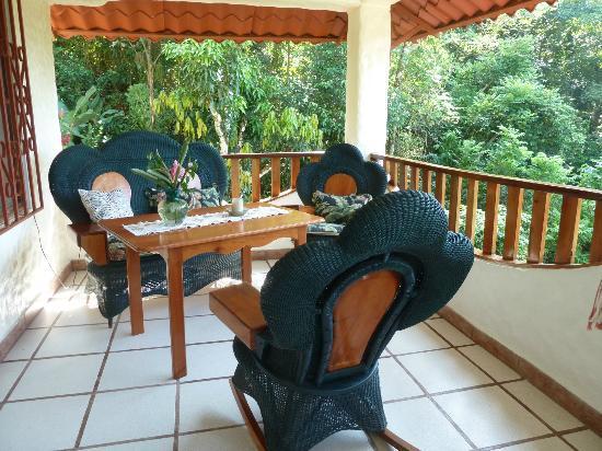 Villa Kristina Apartments: Terrasse mit Sitzgruppe