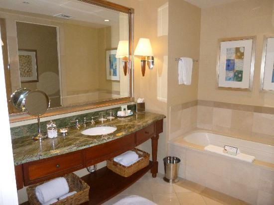 Mokara Hotel and Spa: Bathroom