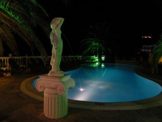 Tsaros Apartments: Pool at night