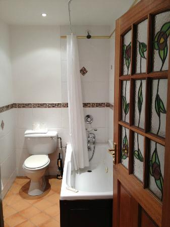 Leeson Bridge Guesthouse: Bathroom with beautiful stained glass door