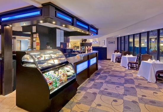 DoubleTree by Hilton Hotel Portland: The Café offers delicious Starbucks coffee and freshly prepared snacks and meals to go