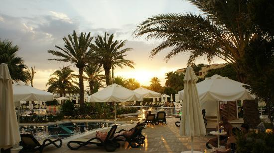 Crystal Tat Beach Golf Resort & Spa : Pool Sonnenuntergang