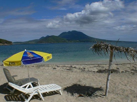 Lion Rock Beach Bar and Grill : Relex and have a amazing view of Nevis