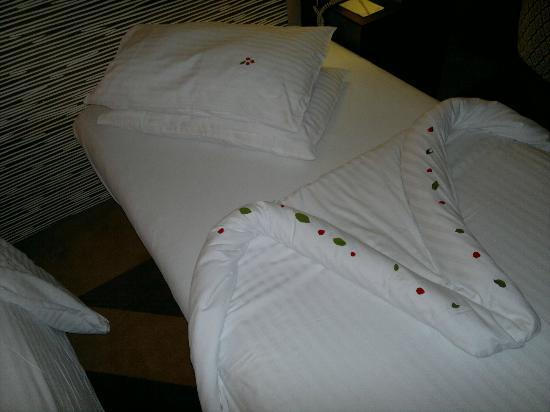 Movenpick Resort Aswan: I really like how the arranged the pillows with the floral arrangement