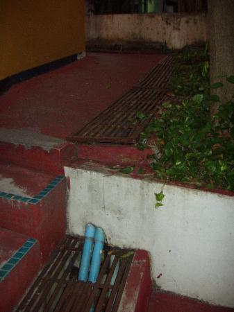 ชบา คาบาน่า บีช รีสอร์ท: rotten beton and rosted metal in floor walkway