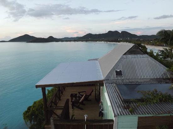 COCOS Hotel Antigua: cottage e spiaggia sullo sfondo