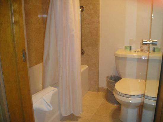 Cavalier Oceanfront Resort: Bathroom