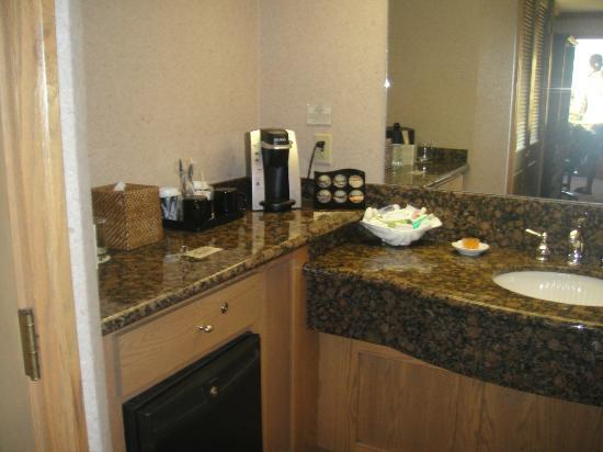 Cavalier Oceanfront Resort: Coffee Making / Bathroom