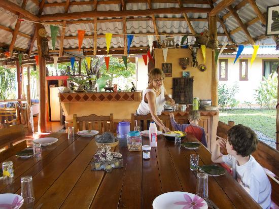 Fidelito Ranch & Lodge : Brigitte serviert Frühstück