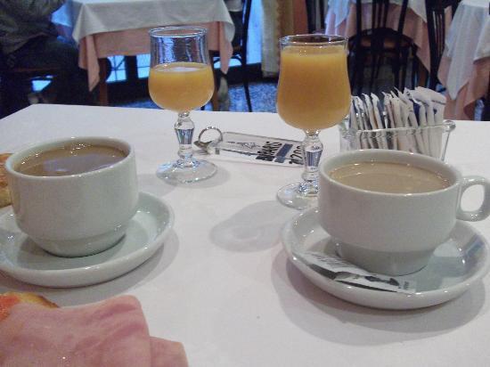 Hotel Paris: zumos y cafes con leche recien hechos
