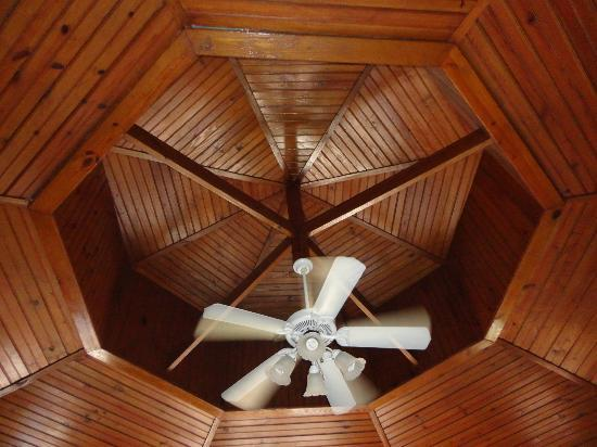 CocoLaPalm Resort: Nicely polished wooden ceiling
