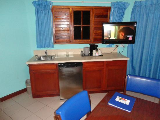 CocoLaPalm Resort: Kitchenette area