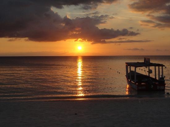 كوكو لابالم سي سايد ريزورت: Sunset from CocoLaPalm beach