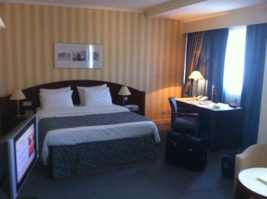 Le Chatelain Hotel: King size bed