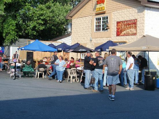 Road Hawg BBQ: Front of joint during bike night