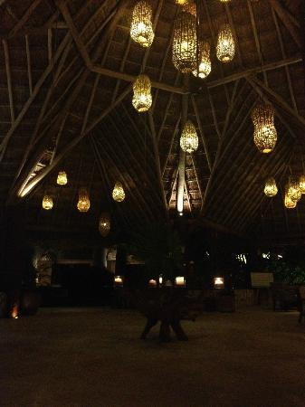 Mahekal Beach Resort: Plafond bij ingang resort